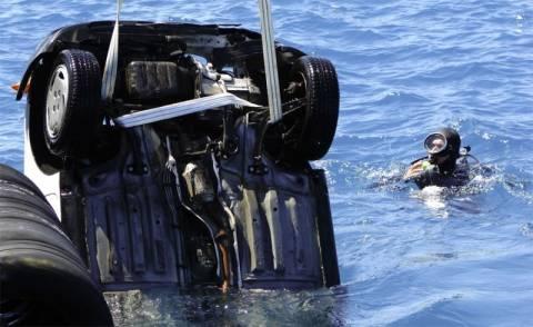 Έπεσε αυτοκίνητο στη θάλασσα με τέσσερις επιβάτες