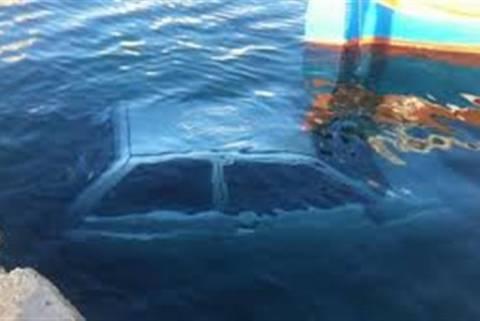 Πάτρα: Όχημα έπεσε στη θάλασσα