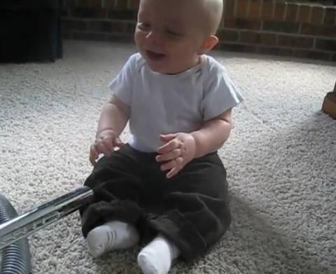 Το μωρό που αγαπά την ηλεκτρική σκούπα