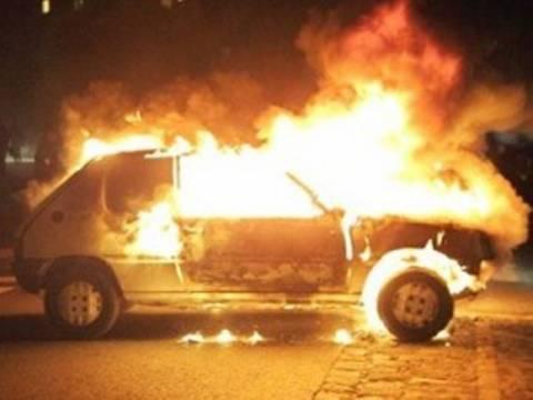 Στις φλόγες αυτοκίνητο στο Π. Φάληρο