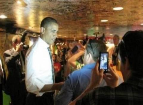 Βίντεο: Φοιτήτρια «γιαούρτωσε» τον Ομπάμα