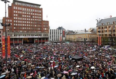 Διαμαρτυρήθηκαν τραγουδώντας το τραγούδι που μισεί ο Μπράιβικ