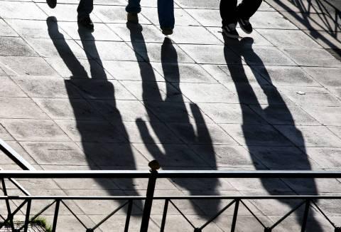 Bloomberg: Οι νέοι Έλληνες θέλουν να εγκαταλείψουν τη χώρα