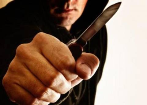 Τους απείλησαν με μαχαίρι και τους λήστεψαν