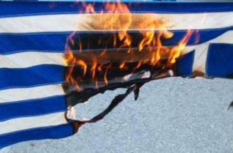 Έκαψαν ελληνικές σημαίες σε τελετή  για την Εθνική αντίσταση
