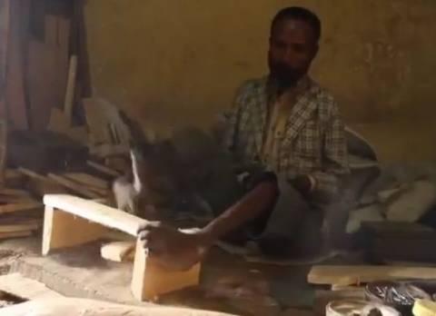 Βίντεο: Ξυλουργός χωρίς χέρια
