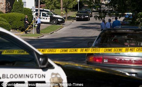 Γυμνός άνδρας σημάδευε με όπλο αστυνομικούς (φώτο)