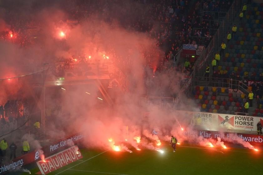 Απίστευτα επεισόδια σε ποδοσφαιρικό αγώνα στη Γερμανία!
