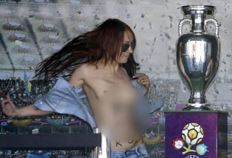 Γυμνές ακτιβίστριες άρπαξαν το κύπελλο του Euro 2012