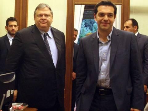 Κόντρα ΣΥΡΙΖΑ - ΠΑΣΟΚ για τις δηλώσεις στο Παρίσι