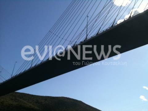 Απειλεί να αυτοκτονήσει από τη γέφυρα Χαλκίδας