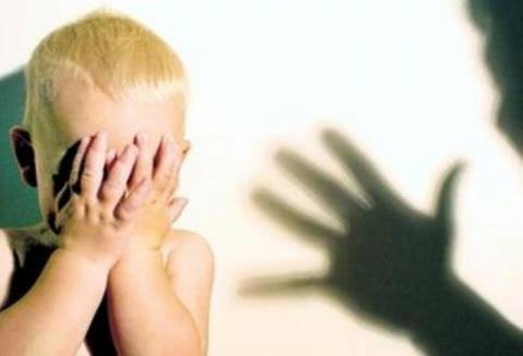 Σοκ: Έβγαλε τα μάτια του παιδιού της