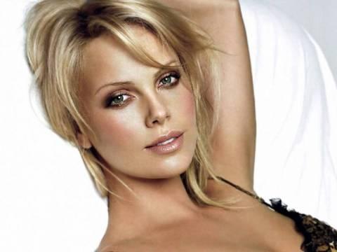 Sexy-chic θηλυκότητα από την Charlize Theron!