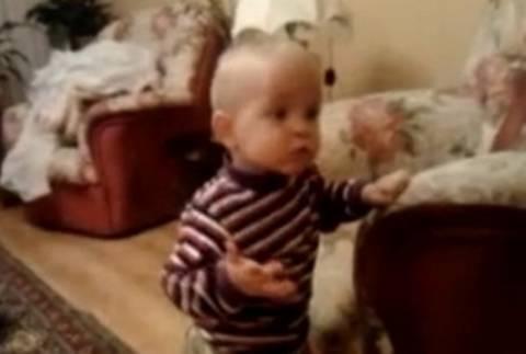 Όταν ένα μωρό προσπαθεί να τρομάξει την γάτα του