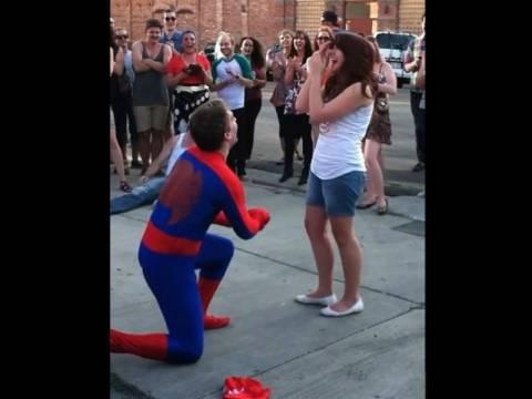 Βίντεο: Της έκανε πρόταση γάμου ντυμένος Spiderman!
