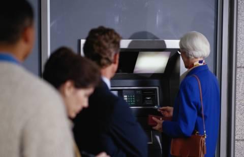 Έκαναν αναλήψεις από λογαριασμούς ηλικιωμένων και πεθαμένων!