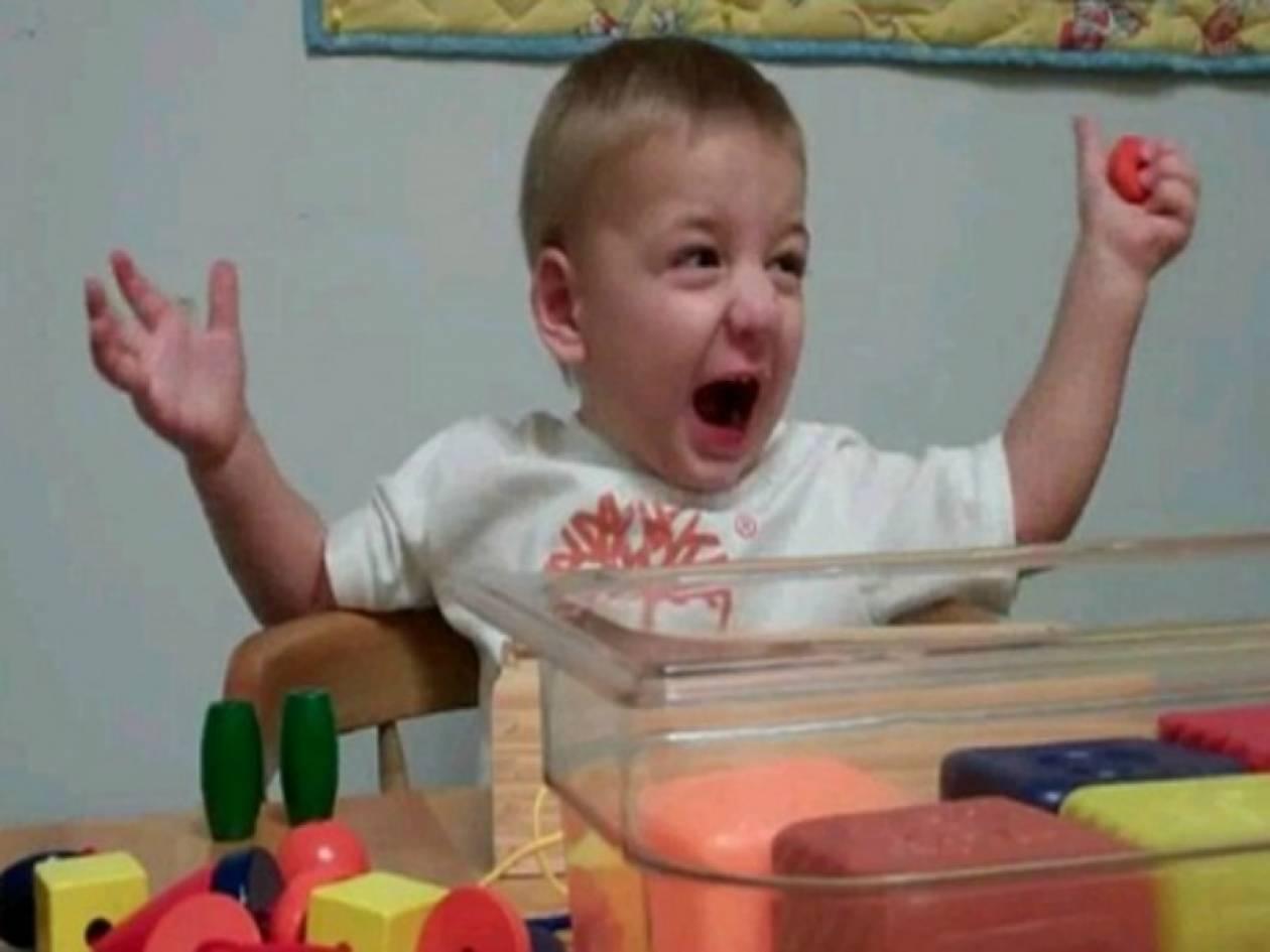Bίντεο: 2χρονος ακούει για πρώτη φορά τη φωνή της μαμάς του