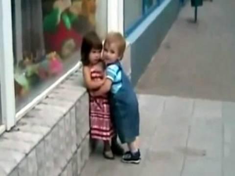 Βίντεο: Έχει πέσει στον έρωτά της και εκείνη δεν τον θέλει!
