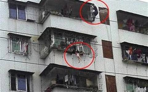 Απίστευτο! 2χρονο κοριτσάκι κρεμάστηκε από το μπαλκόνι