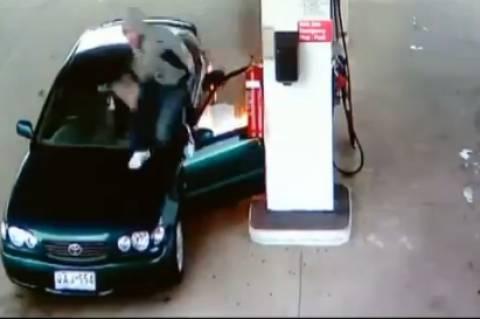 Βίντεο:Έπαιζε με τον αναπτήρα στο βενζινάδικο