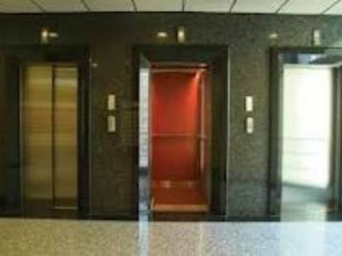 Γιατί στο ασανσέρ κοιτάμε την οροφή ή το πάτωμα;