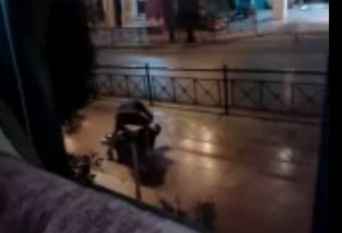 Σοκ: Αλγερινός ληστεύει άνδρα στο κέντρο της Αθήνας (Video)