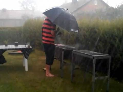 Κάνοντας μπάρμπεκιου μέσα σε... καταιγίδα! (vid)
