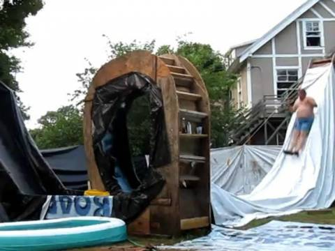 Βίντεο: Μια απίθανη σπιτική νεροτσουλήθρα!