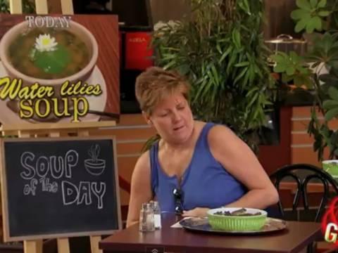 Απίστευτη φάρσα με σούπα από... ζωντανά βατράχια! (vid)