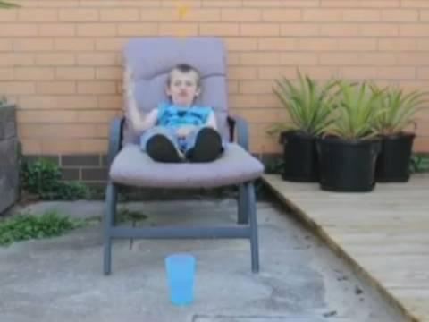 Απίστευτα κόλπα με μπαλάκι πινγκ πoνγκ από έναν 9χρονο (vid)