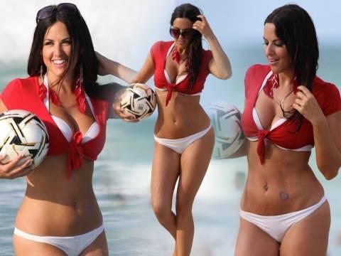 Παίζει... μπάλα με καυτό μπικίνι στις παραλίες του Miami!