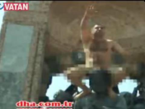 Τουρκία: Ανέβηκε γυμνός στο άγαλμα του Κεμάλ!
