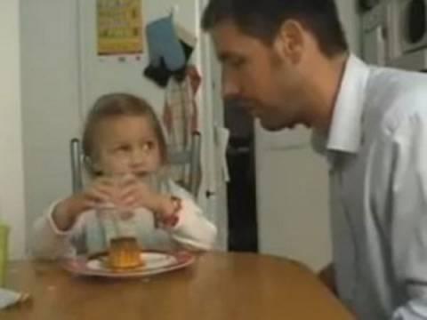 Πατέρας δεν αφήνει το κοριτσάκι του να φάει την κρέμα του (βίντεο)