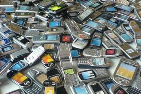 Κόβουν μέχρι και το κινητό οι Έλληνες