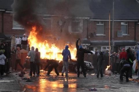 Μάχες στους δρόμους του Μπέλφαστ μεταξύ προτεσταντών και αστυνομίας