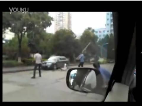 Απίστευτο βίντεο: Ήρωας έβγαλε νοκ-αουτ τον μανιακό με το μαχαίρι