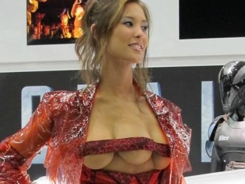 Μια ιερόδουλη με τρία στήθη! (pics+vid)