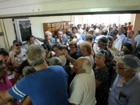 Εικόνες ΣΟΚ στο Ηράκλειο: Εκλιπαρούσαν για λίγο ελαιόλαδο