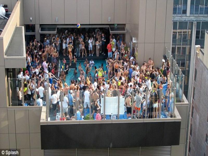 Νέα Υόρκη: Tα... μπικίνι-πάρτι στις ταράτσες εξοργίζουν τους γείτονες