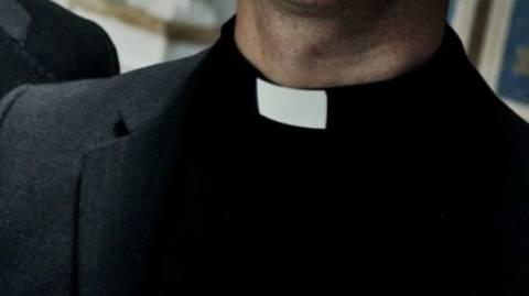 Συνελήφθη ιερέας που βίαζε ανήλικα αγόρια