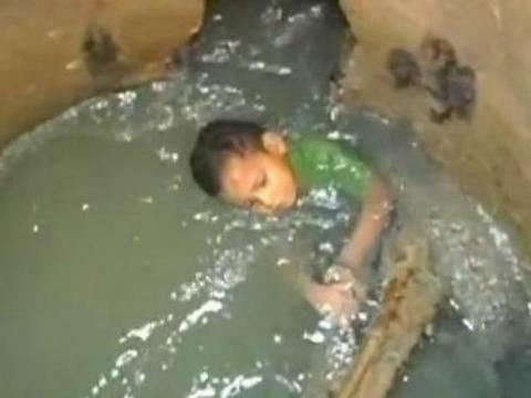 ΑΠΙΣΤΕΥΤΟ: 3χρονος έπεσε σε υπόνομο και νόμιζαν ότι είχε εξαφανιστεί!