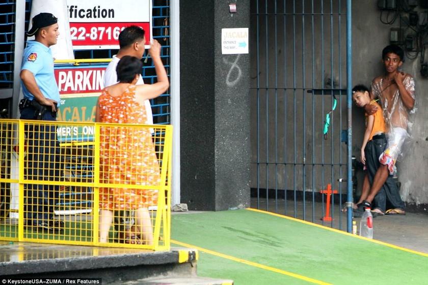 Απίστευτο: Αντιμετώπισε τον απαγωγέα του παιδιού της με έναν σταυρό