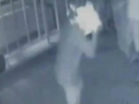 Απίστευτο βίντεο: Έβαλε φωτιά στο κεφάλι του μέσα σε μπαρ!