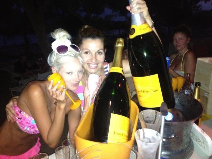 Η Τζούλια Αλεξανδράτου και τα μπουκάλια σαμπάνιας! (νέες φωτογραφίες)
