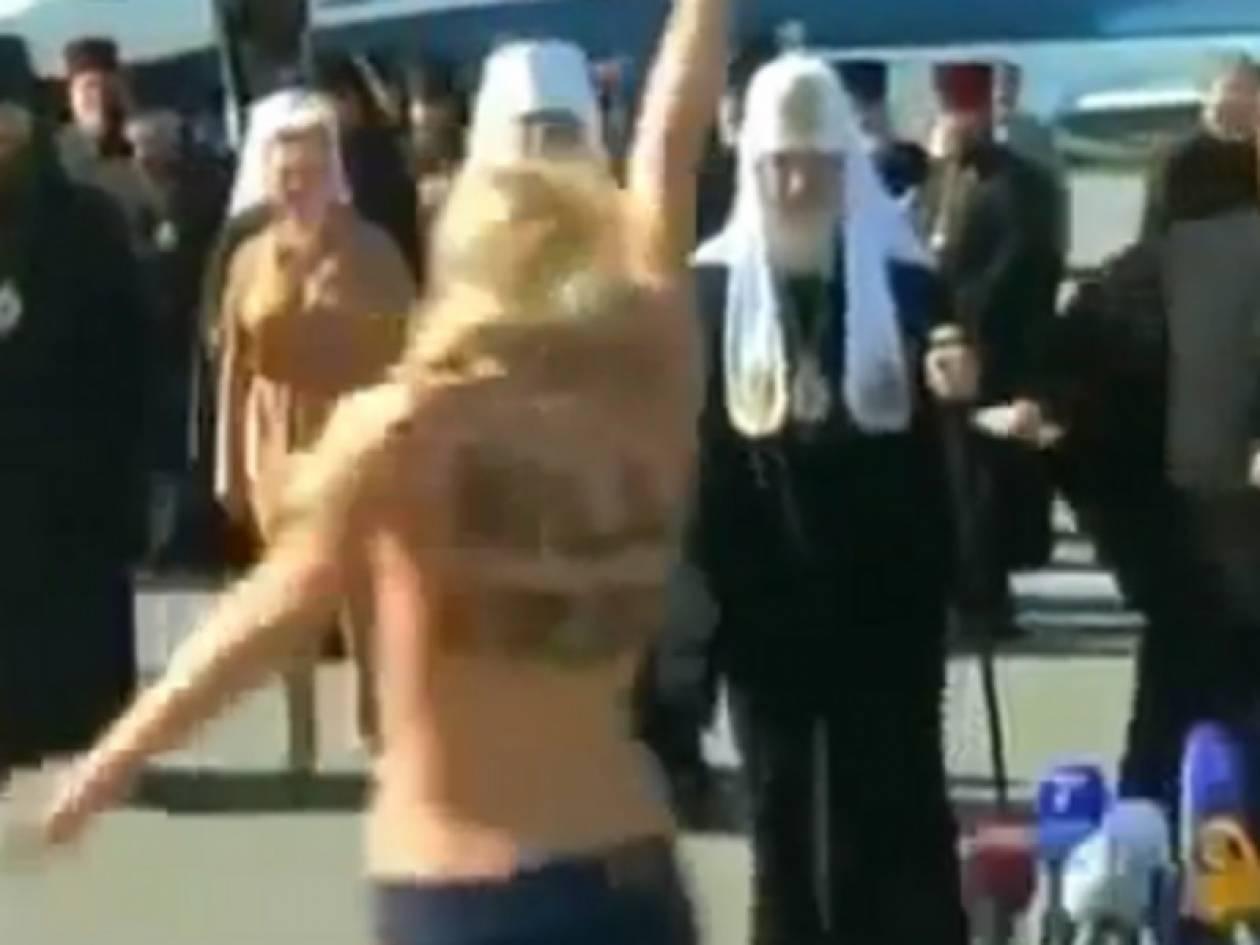 Βίντεο: Εμφανίσθηκε γυμνόστηθη μπροστά στον Πατριάρχη Κύριλλο