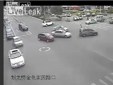 Βίντεο-σοκ: Κοριτσάκι πέφτει έξω από το αυτοκίνητο