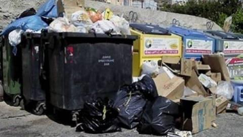 Ελληνίδα ψάχνει την... αξιοπρέπειά της στα σκουπίδια (vid)!