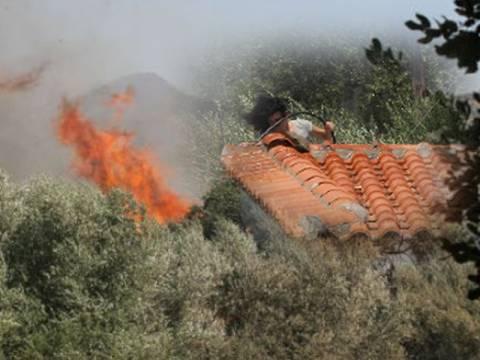 Έφτασαν οι φλόγες στα πρώτα σπίτια του Κερατόκαμπου στο Ηράκλειο