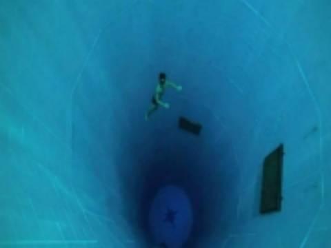 Βίντεο: Βούτηξε στην πιο βαθιά πισίνα του κόσμου