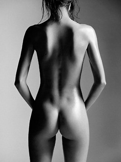 H Μιράντα Κερ ποζάρει γυμνή και προκαλεί... καύσωνα! (pics)